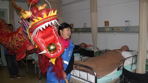 舞长龙、切蛋糕、过新年……60位老人在病房里欢度春节