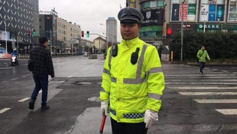 大年初一,杨浦交警辅警雨中坚守岗位保平安