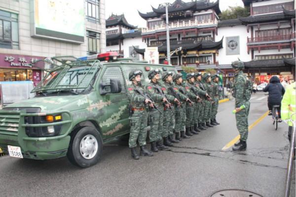 申城千余武警官兵昼夜值守豫园灯会,确保市民游园安全