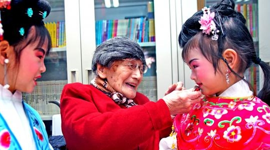 """新春拜年老少同乐 5岁娃娃给百岁老人送上""""文化大礼"""""""