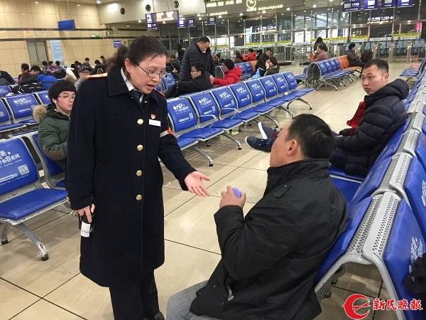 朱敏正在建议一位残疾旅客去特殊旅客候车室候车.jpg