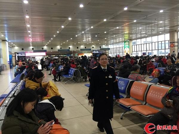 作为工班长,朱敏的工作之一是在候车室巡查,看看旅客需要什么帮助.jpg