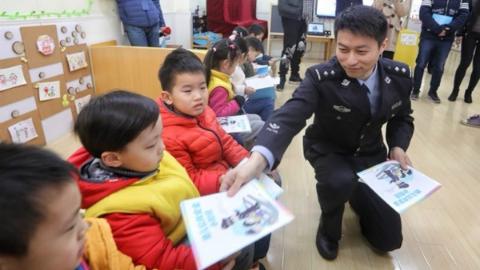 """开学第一课送来""""安全大礼包"""":教会孩子们如何自救互救"""