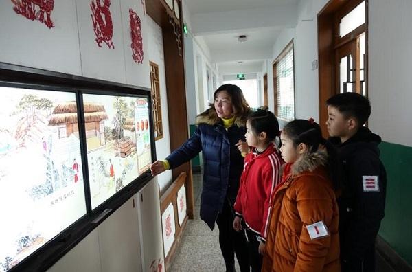 上海市华东师大一附中实验小学美术教师刘定斐在向学生们讲解纺织的历史知识(摄影:李晔).jpg