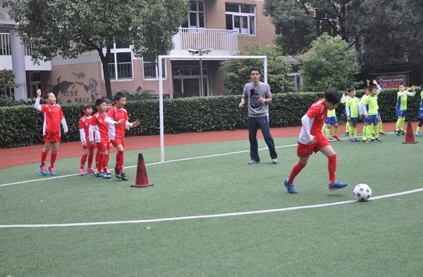 上海市华东师大一附中实验小学校本课程《足球》强健体魄,磨炼意志 。图为学生们正在练习运球(摄影:刘定斐).jpg