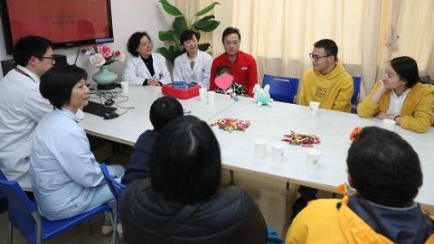 """十年后的重逢 上海医生精湛医术让汶川地震肢残患儿""""完美回归""""社会"""