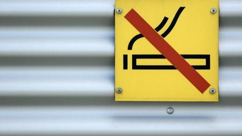 """""""控烟令""""执行难在哪?最难劝阻的竟然是 """"熟人吸烟"""""""