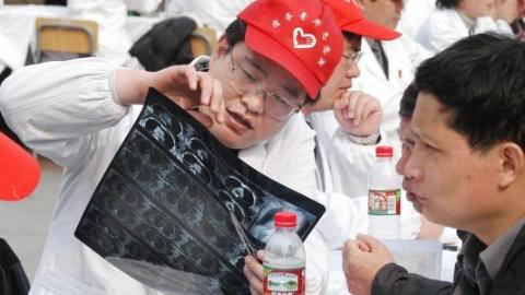 """传递医患真情 上海""""医苑新星""""25年服务市民50万"""