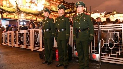华灯下的哨兵——800余名武警官兵坚守豫园灯会