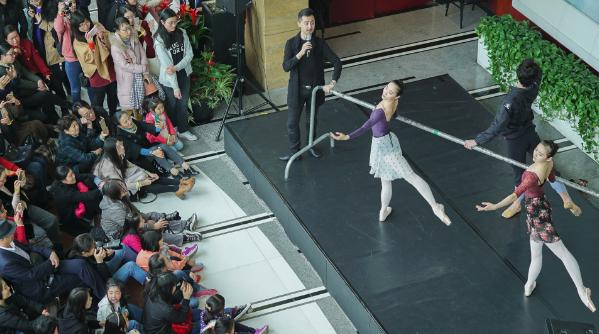 """普通市民都能接触""""高大上"""" 大剧院艺术中心今年首个开放日人气爆棚"""