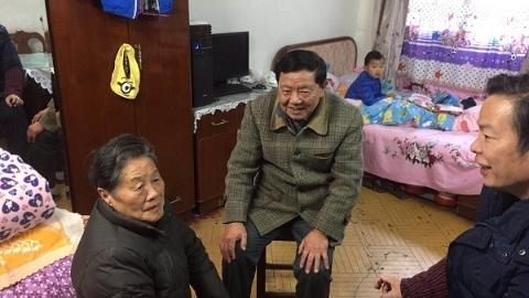 正能量丨连续12年 上海爷叔跨越半个城区探望老邻居