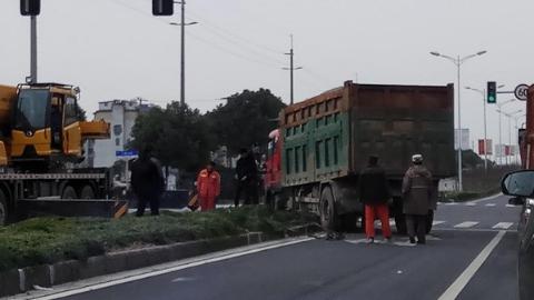 土方车冲入绿化带 幸无人员伤亡
