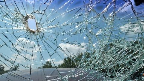 浦东新区4车相撞 司机被卡车内,6人送医治疗