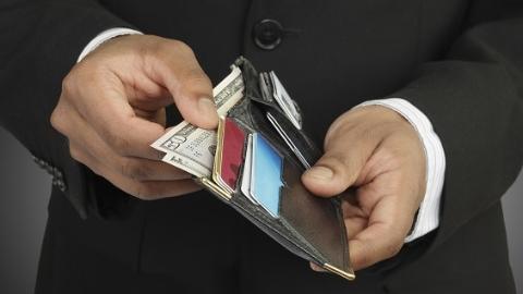 老外办业务落下钱包 工作人员第一时间发现归还
