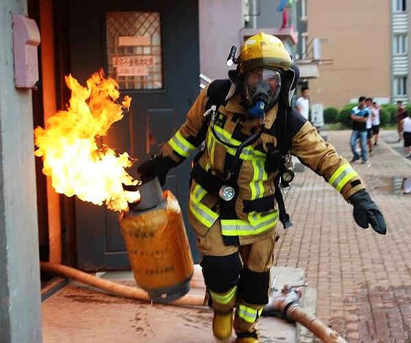 崇明一居民家起火 消防队员救出八旬阿婆