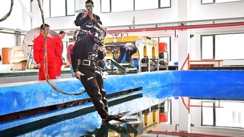 """""""城市蛙人""""全国首届市政潜水员培训交大举行"""