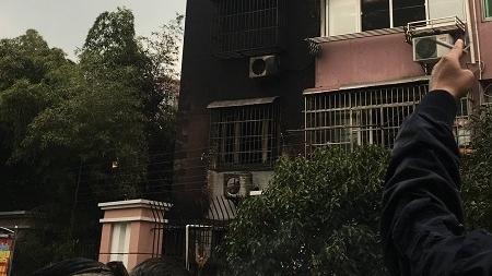 金藤苑底楼起火 6层楼外墙全被熏黑