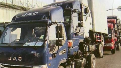 """这两辆货车怎么""""长""""了3个""""头""""?司机受罚"""