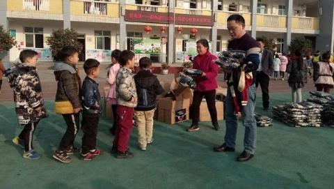 雅安震区学校再迎上海好心人 300多学生喜穿新校服