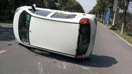 共享汽车避让不及侧翻 司机应先熟悉车况谨慎驾驶