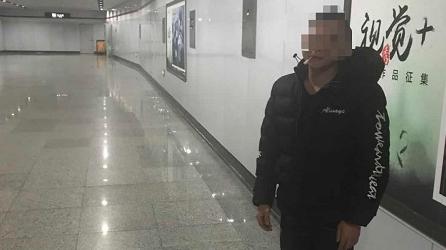 """男子在地铁出入口通道内抽烟""""解闷"""" 被处罚款500元"""