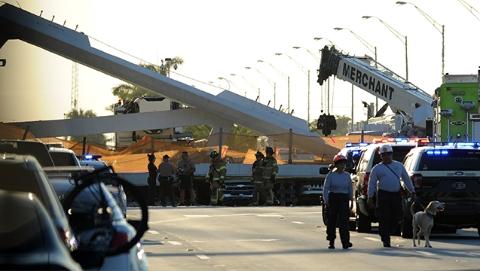 """号称可抵五级飓风却成""""豆腐渣"""":美一人行天桥坍塌造成多人伤亡"""