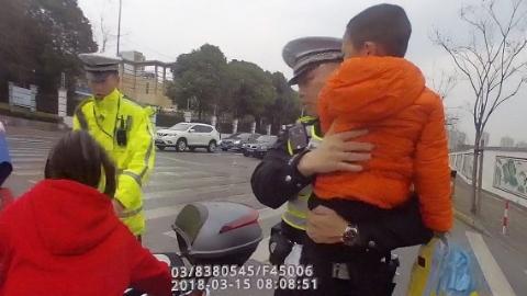 暖心!母亲送幼子上学时摔伤 交警抱送孩子入园