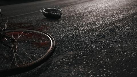 大客车撞倒摩托车 骑手不幸重伤身亡