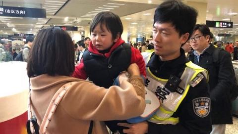小女孩地铁内独自徘徊 民警帮她找到家长