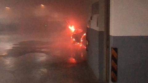 虹口一小区地下车库车辆凌晨自燃 消防部门迅速扑灭
