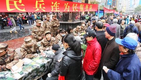 """南京路上的""""活雷锋"""":黄浦区民兵36年如一日 为民服务400多万人次"""