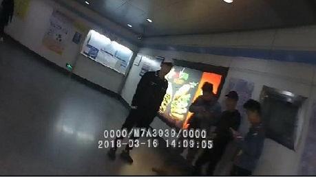 饭后一支烟 没了数百元 三男子在地铁站内抽烟被罚
