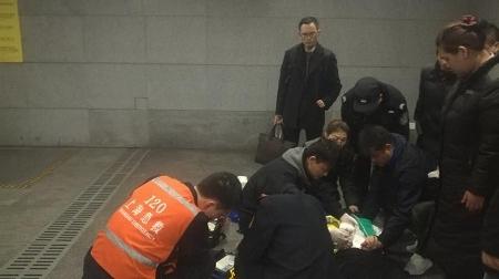 上海好心人 | 女子晕倒地铁站 多方合力救助及时送医
