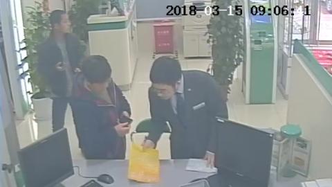 被劝退后,王阿姨第二天又来银行,还要给骗子汇款