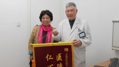 停电手术室里打着手电紧急施手术 31年后患者家属找到医生再次说谢谢