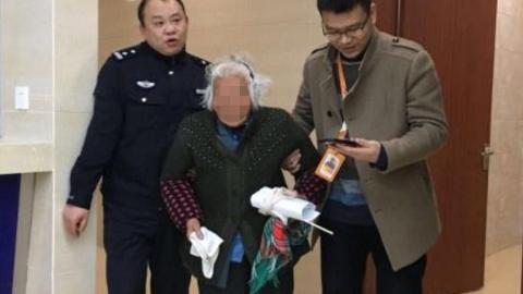 松江一阿婆迷路 民警帮忙找到家人