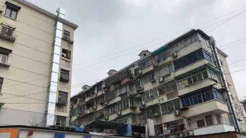 上钢三村沿街商铺油烟扰民20多年 今加盖烟囱变本加厉