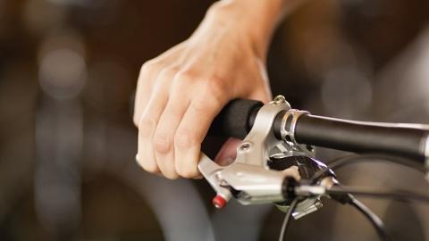 油罐车撞倒电瓶车 骑车女子腿部受伤