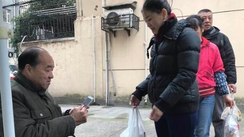 正能量|轮椅上的垃圾扫描员:引导居民从分开装袋做起
