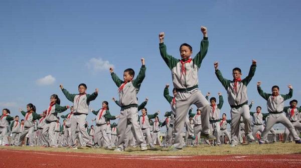 青溪中学学生们在操场上打武术操【校方供图】 - 万能看图王.jpg