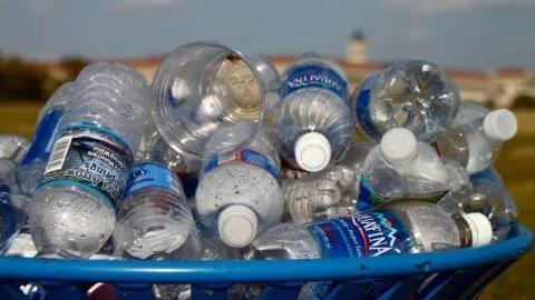 """弃用塑料吸管、饮料瓶交押金、集中管制塑料袋,多地""""限塑令""""再升级"""