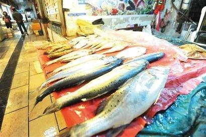 男人买鱼,花样经透