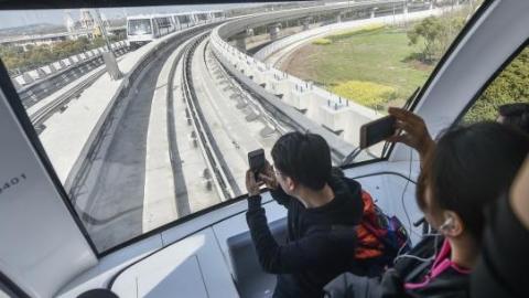 上海浦江线开通试运营首日:乘客乘坐感觉蛮好 超大车头玻璃窗前合影最赞