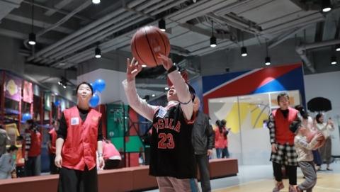 儿科医院:用篮球带自闭症孩子接触外面的世界