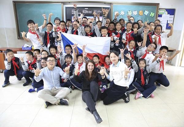 """""""老外带你看世界""""是东华大学国际文化交流学院和东华附校共建合作的国际理解课程项目。图为外教与东华附校学生在一起。(校方供图).JPG"""