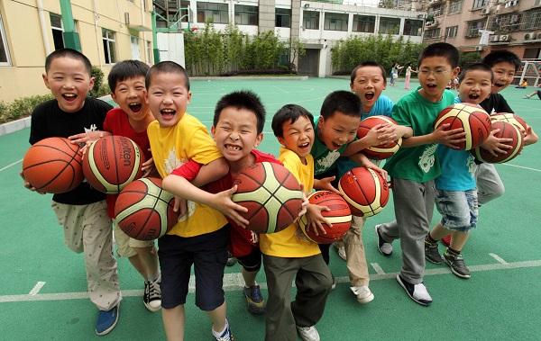 """市西小学的""""篮球宝贝""""学生社团(校方供图).JPG"""
