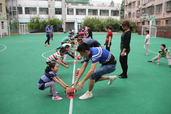 市西小学学生和家长在一起开展亲子游戏(校方供图).JPG
