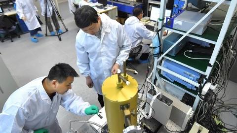 """纳米尺度下电子像""""瀑布"""" 上海科学家这一发现或许会令手机待机时间更长"""