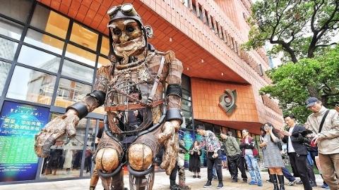 4米高巨型木偶在沪亮相 艺术家马良为母校教育展助阵