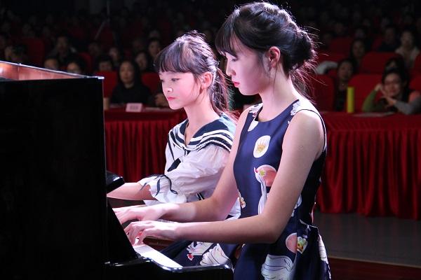 浦江一中鼓励每个学生在不同的平台上展示自我。图为两位女生在校艺术节上秀琴技(校方供图) - 万能看图王.jpg